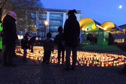 Bild på Hisingskärra flyttfirma. Familjer runt tända ljus.
